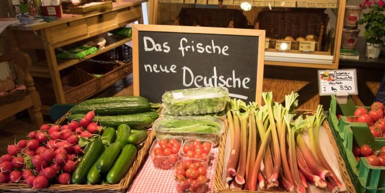 Radieschen, Gurken, Tomaten, Rhabarber in einem Laden dekoriert.