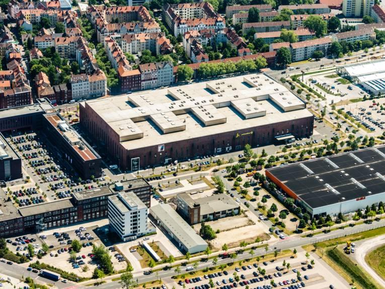 Luftaufnahme von Wohngebäude, Industriegebäuden und Parkplätzen