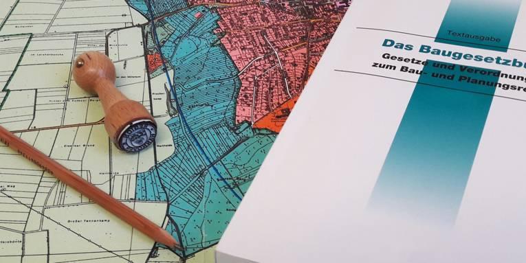 Karte, Bleistift, Stempel und das Baugesetzbuch