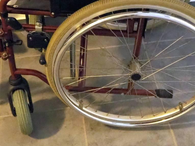 Blick von schräg oben auf einen Rollstuhl