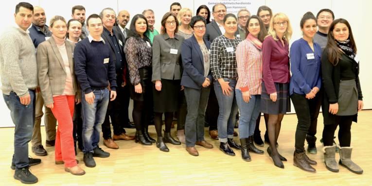 24 Personen haben sich für ein Gruppenbild aufgestellt.