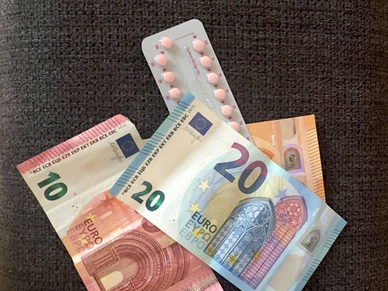 Drei Geldscheine (50 Euro, 20 Euro und 10 Euro) und eine Packung Antibabypille.
