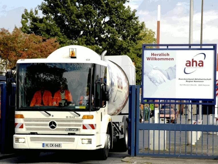Ein Fahrzeug der Abafallwirtschaft Region Hannover (aha) verlässt das Betriebsgelände. Neben dem Fahrer sitzen zwei weitere Mitarbeiter in der Fahrerkabine.