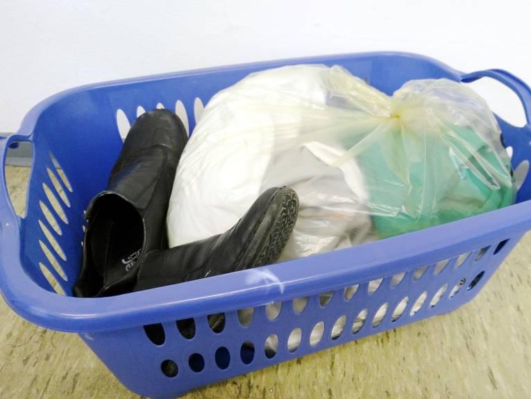 Alte Kleidung in einem Wäschekorb