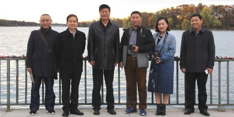 Fünf Männer und eine Frau stehen am Nordufer des Maschsees. Hinter ihnen ist das Gewässer zu sehen, sie stehen nebeneinander und schauen in die Kamera.