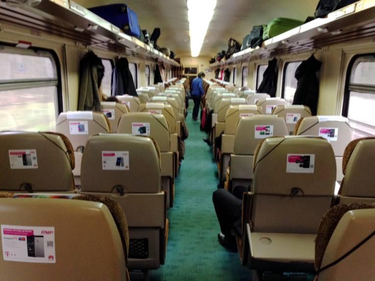 Blick von hinten auf die Sitzreihen eines Zugabteils