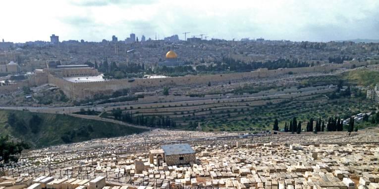 Blick vom Ölberg über einen Friedhof auf die Stadt Jerusalem