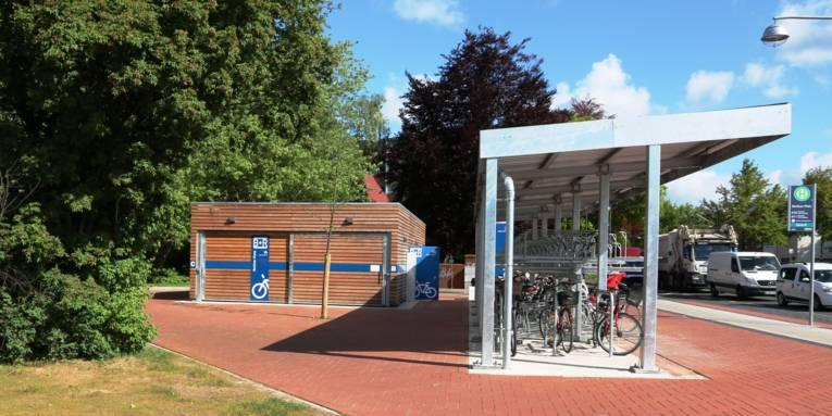 Eine Bike und Ride-Anlage mit Fahrradständern und Holzbau