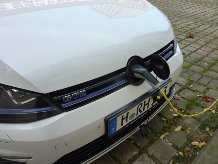 Nahaufnahme eines Elektroautos beim Laden