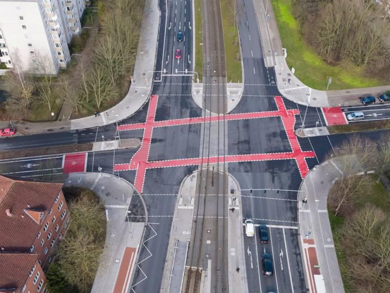 Eine Kreuzung aus der Luft fotografiert