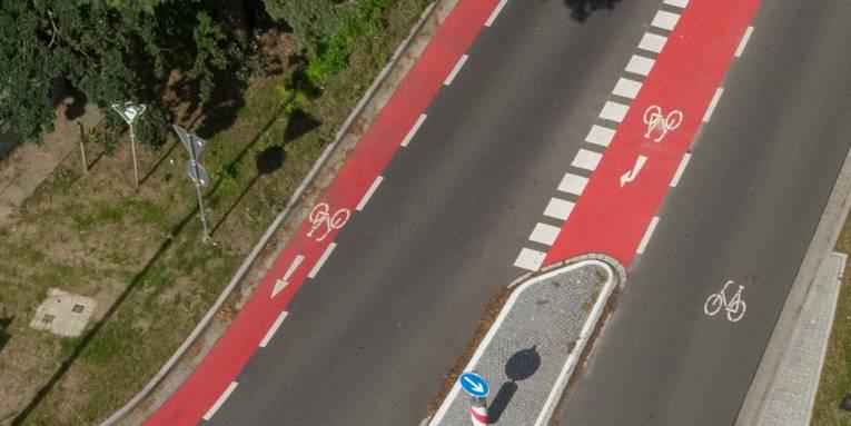 Luftbild einer Straße mit Fahrradschutzstreifen