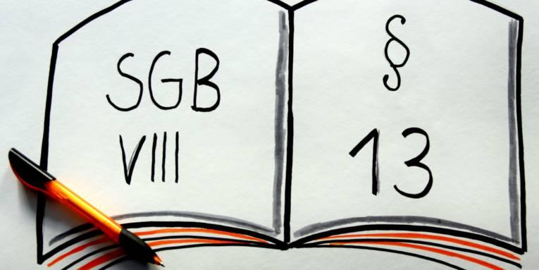 """Zeichnung eines aufgeschlagenen Buches, links steht """"SGB VIII"""" und rechts """"§ 13"""""""