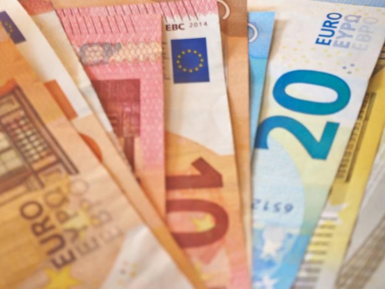 Verschiedene Eurobanknoten als Fächer hingelegt