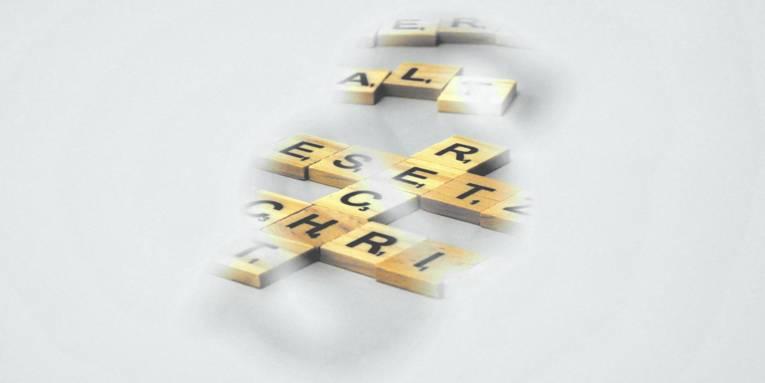 """Spielsteine mit Buchstaben bilden die Worte """"Recht"""", """"Gesetz"""", """"Vorschrift"""" und """"Anwalt"""". Teilweise sind die Worte durch eine Schablone verdeckt. Betrachtende schauen durch einen Ausschnitt in der Form eines Paragraphen wie durch ein Schlüsselloch auf die Steine."""