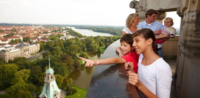 Kinder stehen auf dem Turm des Rathauses