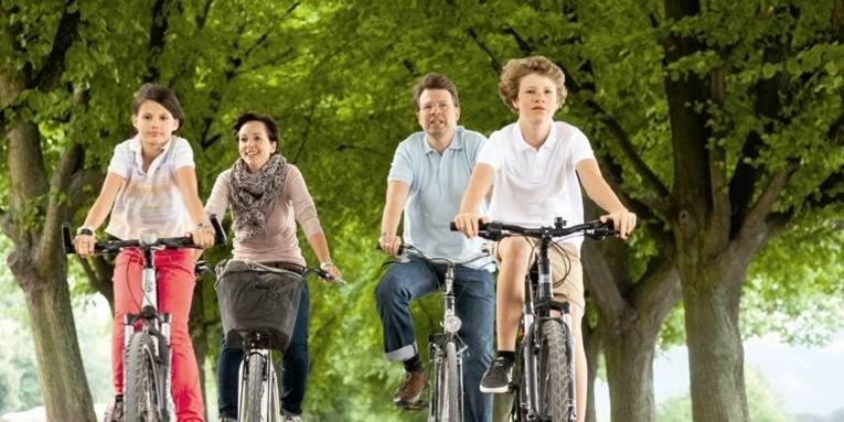 Eine Familie fährt Rad