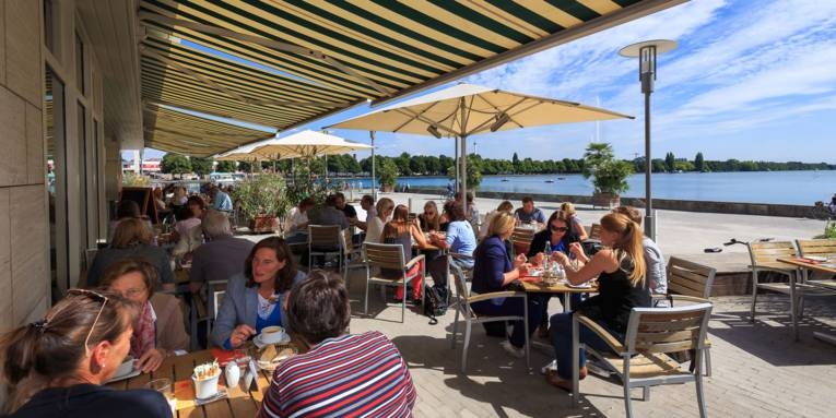 Culinary city tour by bus at Lake Maschsee