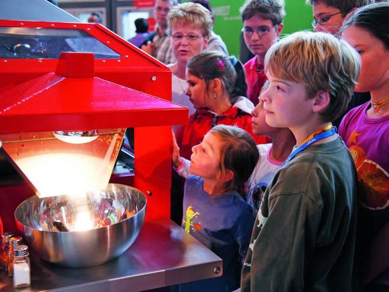 Staunende Kinder vor einer Maschine