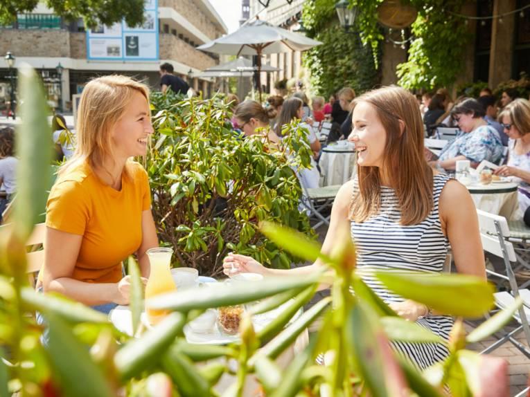 zwei Freundinnen beim Frühstück am Ballhof