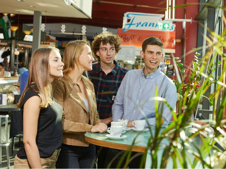 Gruppe in der Markthalle