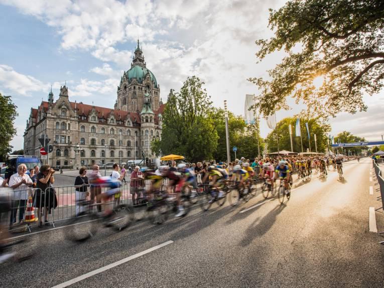 Radfahrer vor dem Neuen Rathaus