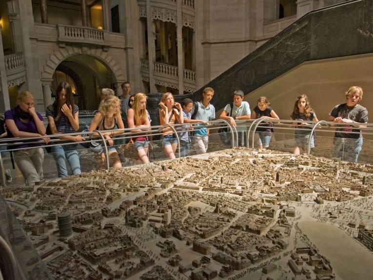 Neues Rathaus / Gruppe am Stadtmodell