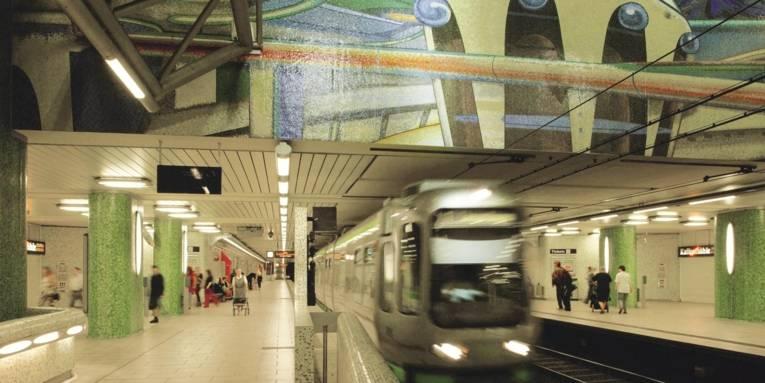 Die Station Kröpcke mit einfahrender Bahn.