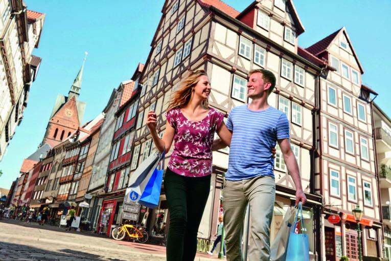Touristen beim Einkaufsbummel durch die Altstadt