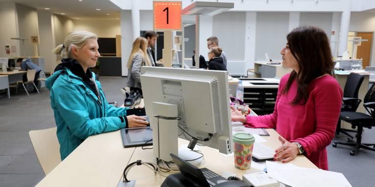 Eine Bürgerin im Gespräch mit einer Sachbearbeiterin im Bürgeramt Aegi