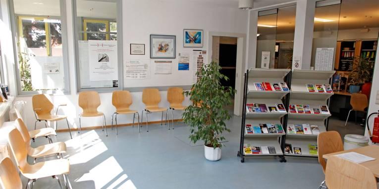 Lichtdurchfluteter Warteraum im Bürgeramt Döhren mit Stühlen und Informationsmaterialien