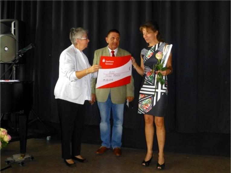 Bezirksbürgermeisterin Schlienkamp, Bezirksratsherr Alfermann (SPD) und Ehrenpreisträgerin Petra Pfeiffer (v.l.).