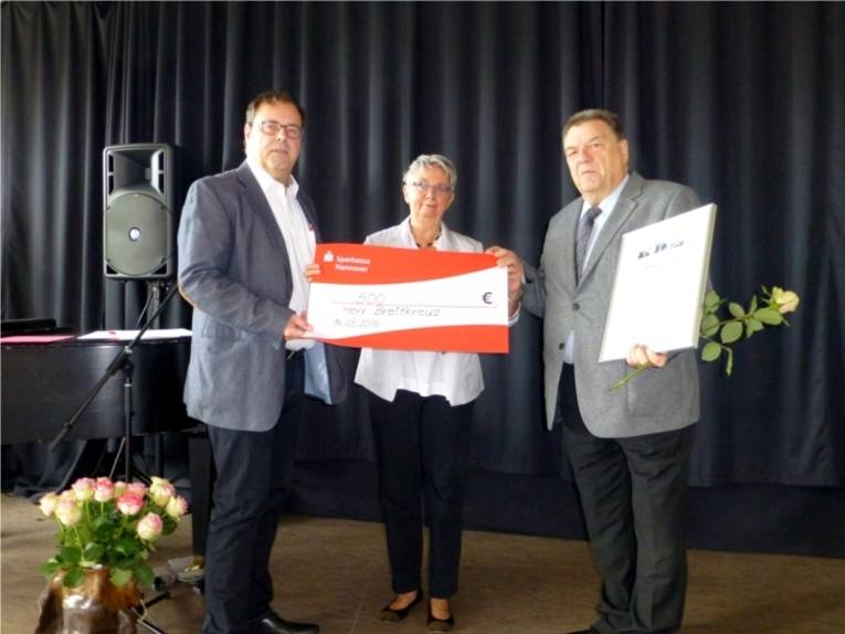 Bezirksratsherr Göbel (SPD), Bezirksbürgermeisterin Schlienkamp (SPD) und Ehrenpreisträger Hans-Jürgen Breitkreuz.