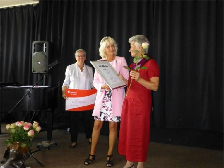 Bezirksbürgermeisterin Schlienkamp, Ratsfrau Klebe-Politze, Ehrenpreisträgerin Adelheid Rhein (v.l.).