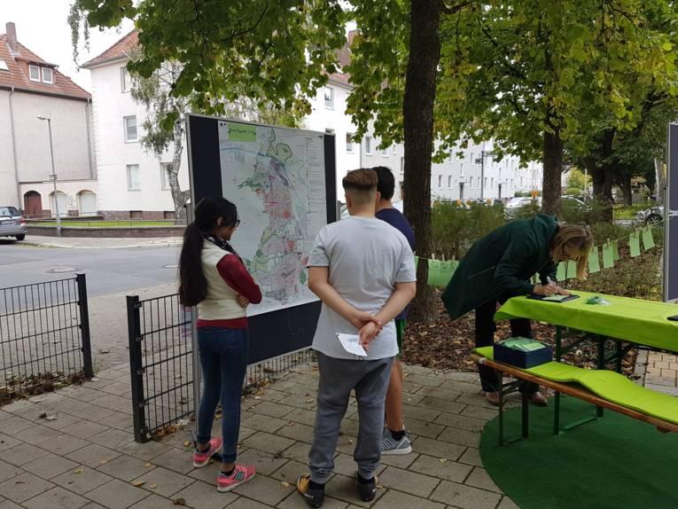 Jugendliche beteiligen sich an der Erarbeitung der Stärken und Schwächen des Stadtbezirks.