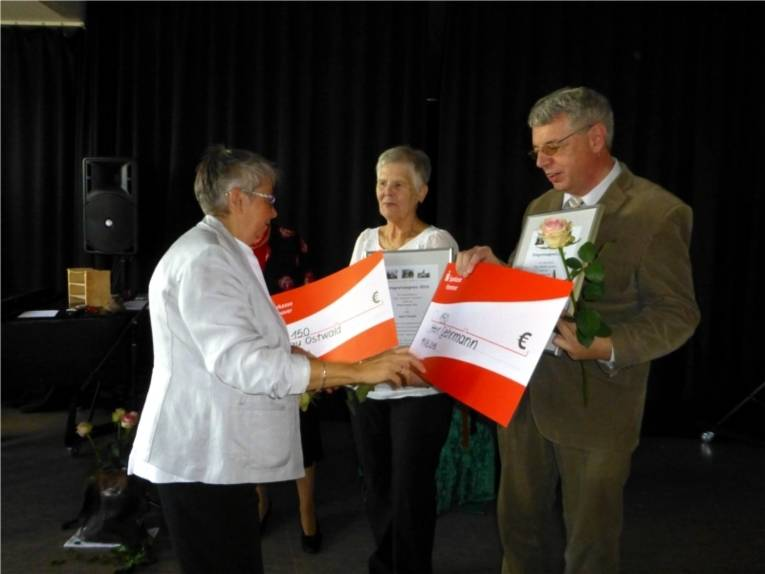 Bezirksbürgermeisterin Schlienkamp übergibt den symbolischen Scheck an Sigrid Ostwald und Rolf Gehrmann die Träger des Inegrationspreises 2016.