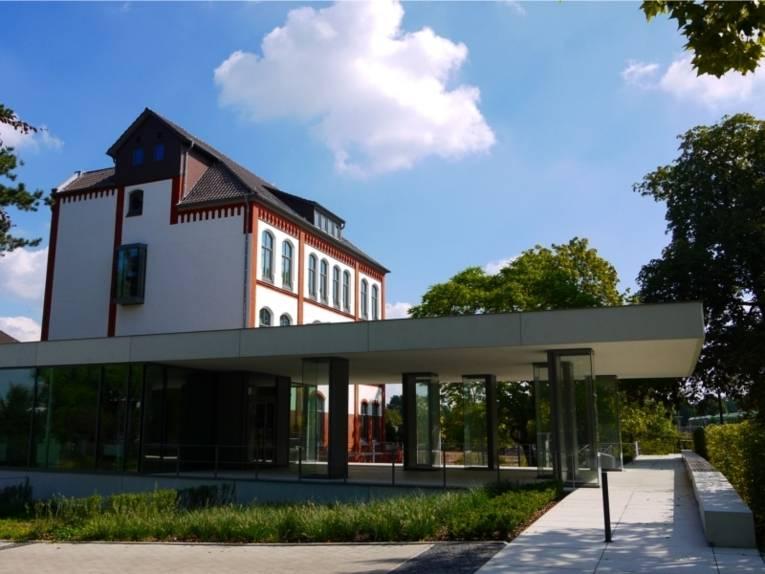Auf dem Bild ist die Außenansicht des Gebäudes der Mahn- und Gedenkstätte Ahlem zu sehen.