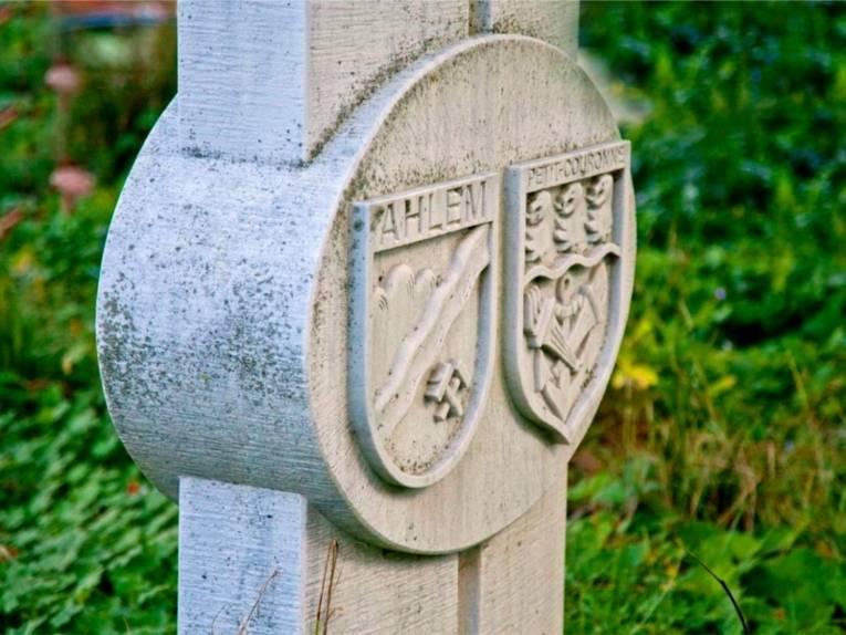 Auf dem Bild ist ein Stein zu sehen, der die Partnerschaft zwischen Ahlem und Petit-Couronne symbolisiert.