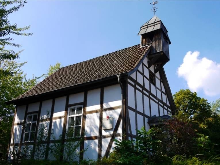 Auf dem Bild ist der Turm der St. Johannes Kapelle zu sehen.