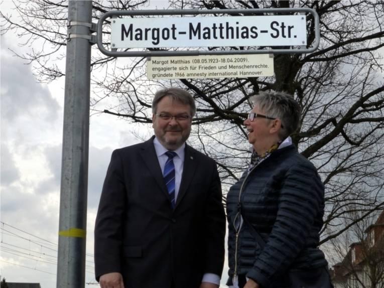 Bürgermeister Hermann und Bezirksbürgermeisterin Schlienkamp vor der enthüllten Legende.