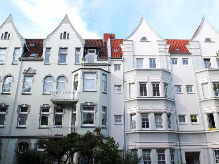 Ein weißes altes Gebäude in Döhren.