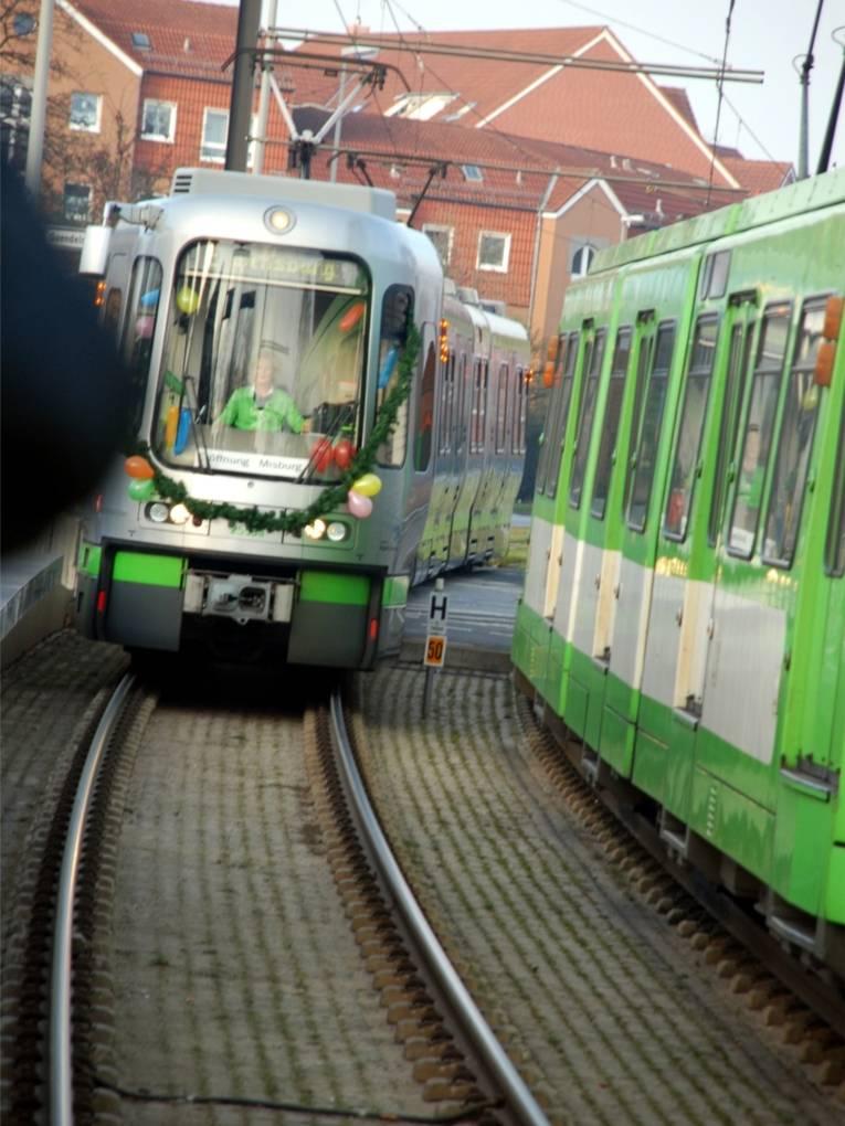 Erste Stadtbahn trifft ein.