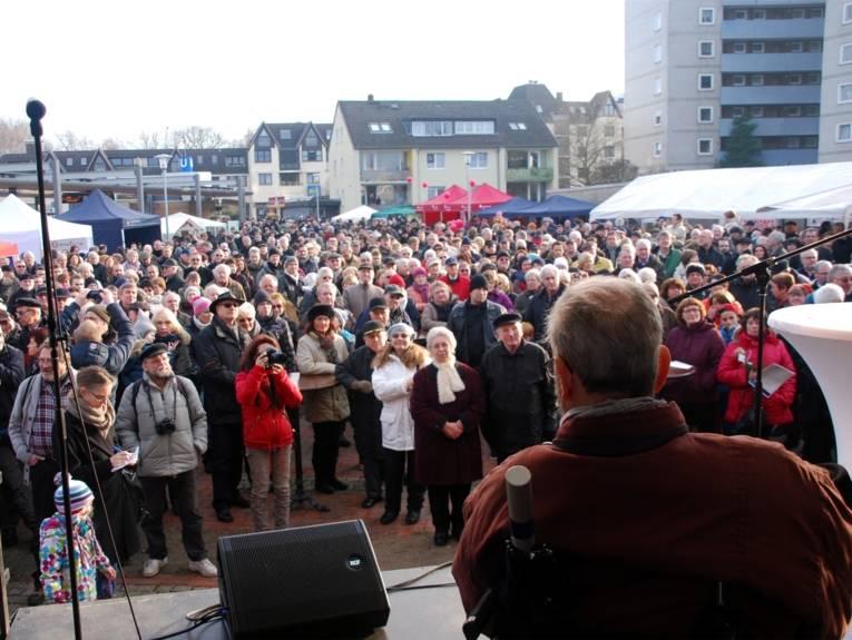Rede vom Bezirksbürgermeister Dickneite auf der Bühne.