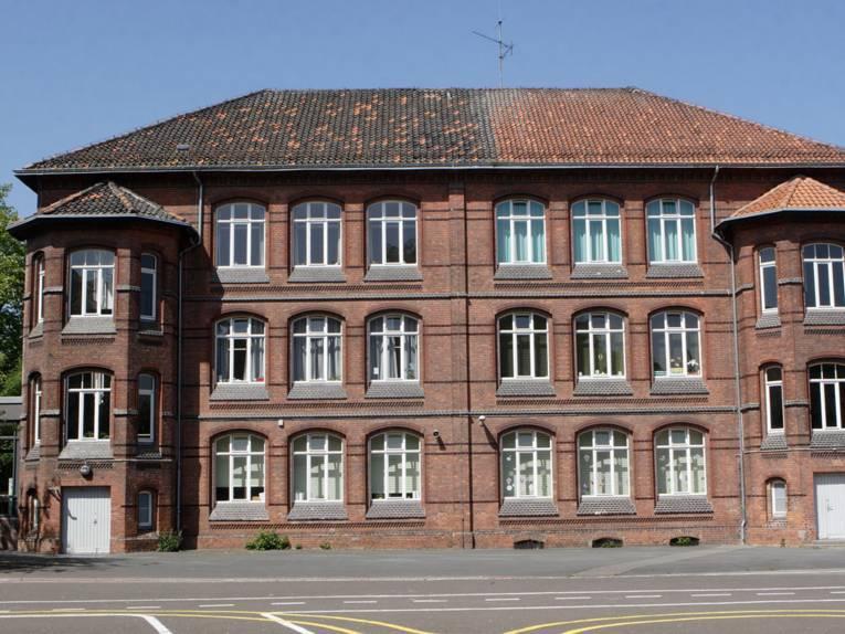 Dreistöckiges Backsteingebäude der Grundschule Kastanienhof