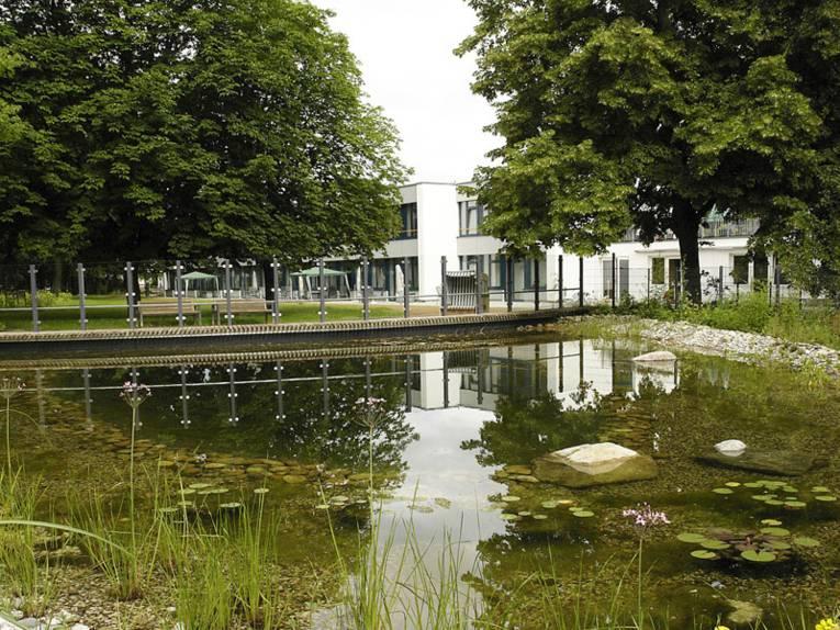 Ansicht vom Teichgarten des Heinemanhofs