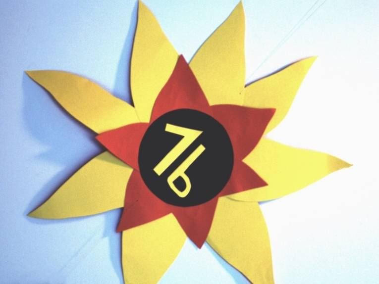 Gefilztes, selbstgemachtes Türschild der Klasse 1b in Form einer Sonnenblume