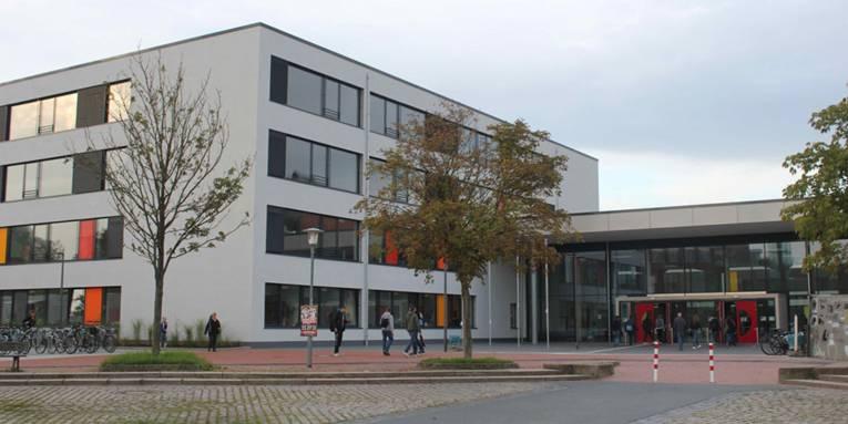 Der doppelstöckige Eingang zum vierstöckigen Gebäude der Leonore-Goldschmidt-Schule (ehemals IGS Mühlenberg)