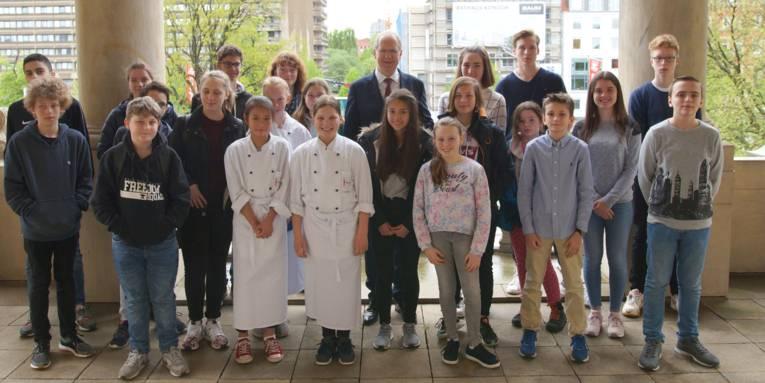 Der Oberbürgermeister mit einem Teil von insgesamt 252 Kindern und Jugendlichen, die den Zukunftstag in der Stadtverwaltung absolviert haben.