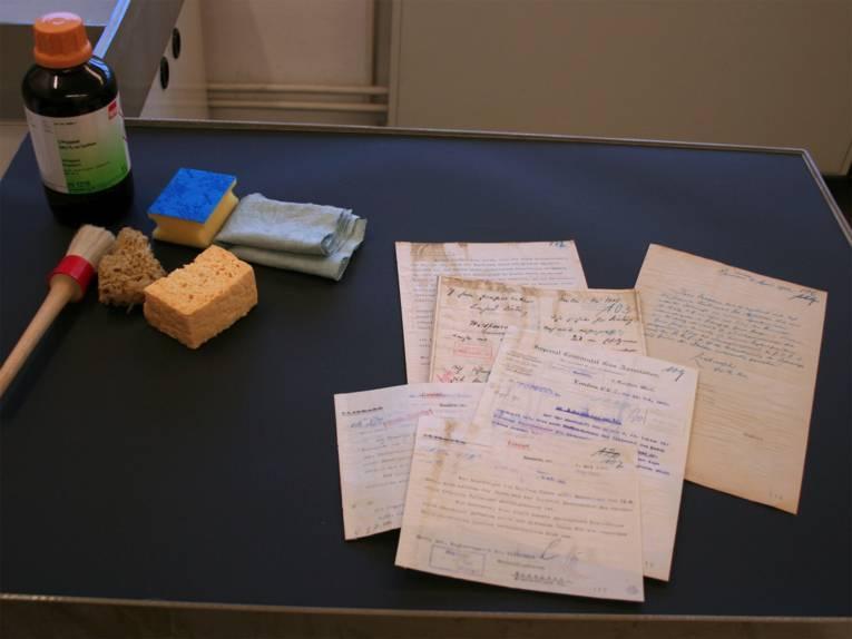 Vor der Behandlung: Durch das Hochwasser von 1946 verschmutzte Dokumente aus dem Bestand der ehemals eigenständigen Stadt Linden.
