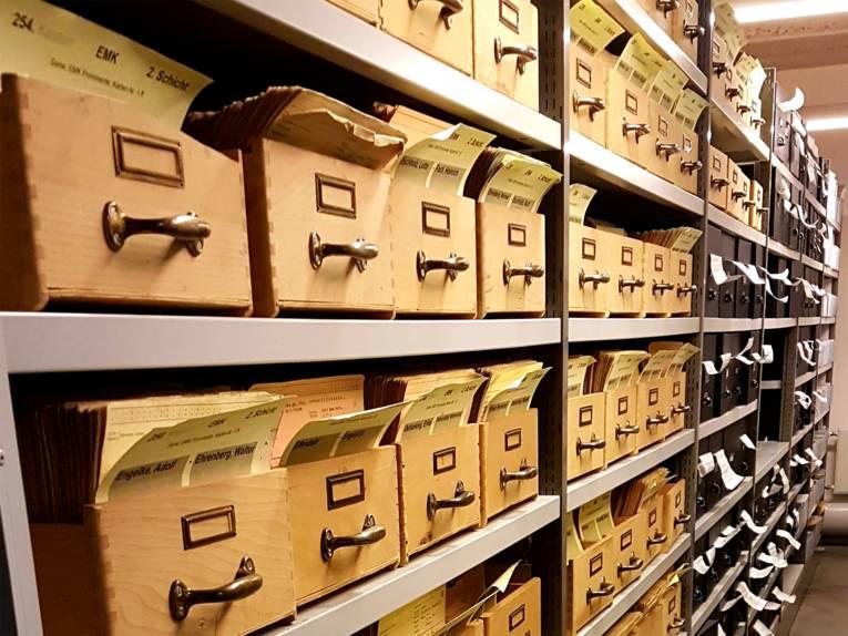 Das Stadtarchiv verwahrt Meldeunterlagen.
