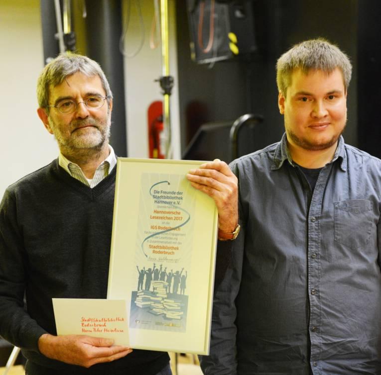 Der Preisträger: Peter Heinlein Leiter der Stadtteilbibliothek Roderbruch mit Christian Wulf.
